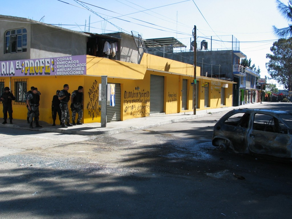 The Federal Police (PFP) reaching the entrance of the Autonomous University of Oaxaca