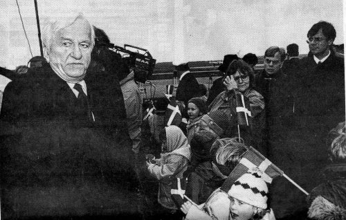 The German Federal president back in 1992, apparently not to happy --- maybe due to the lack of German flags in the almost completely German crowd in Germany? (Grätsch, Wochenschau, April 1, 1992)