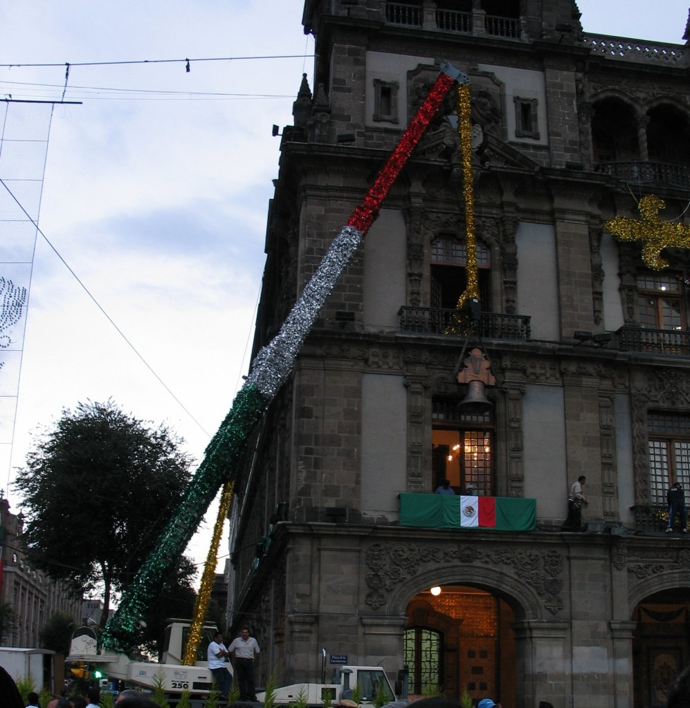 The Grito ceremony requires a clock outside a balcony, so it was organized within a few hours when Fox' changes of plans became known