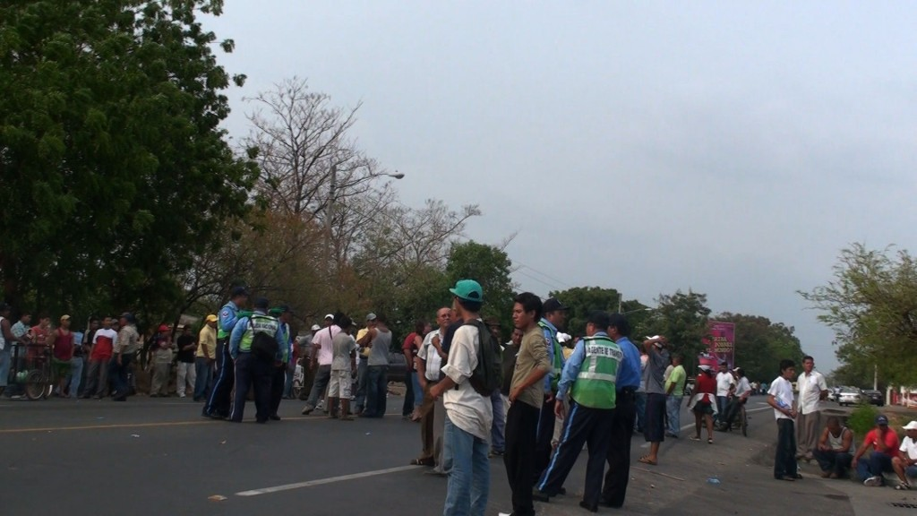 Transport workers in León at the exit to Managua, trying to stopp trafic at least semi-permanently