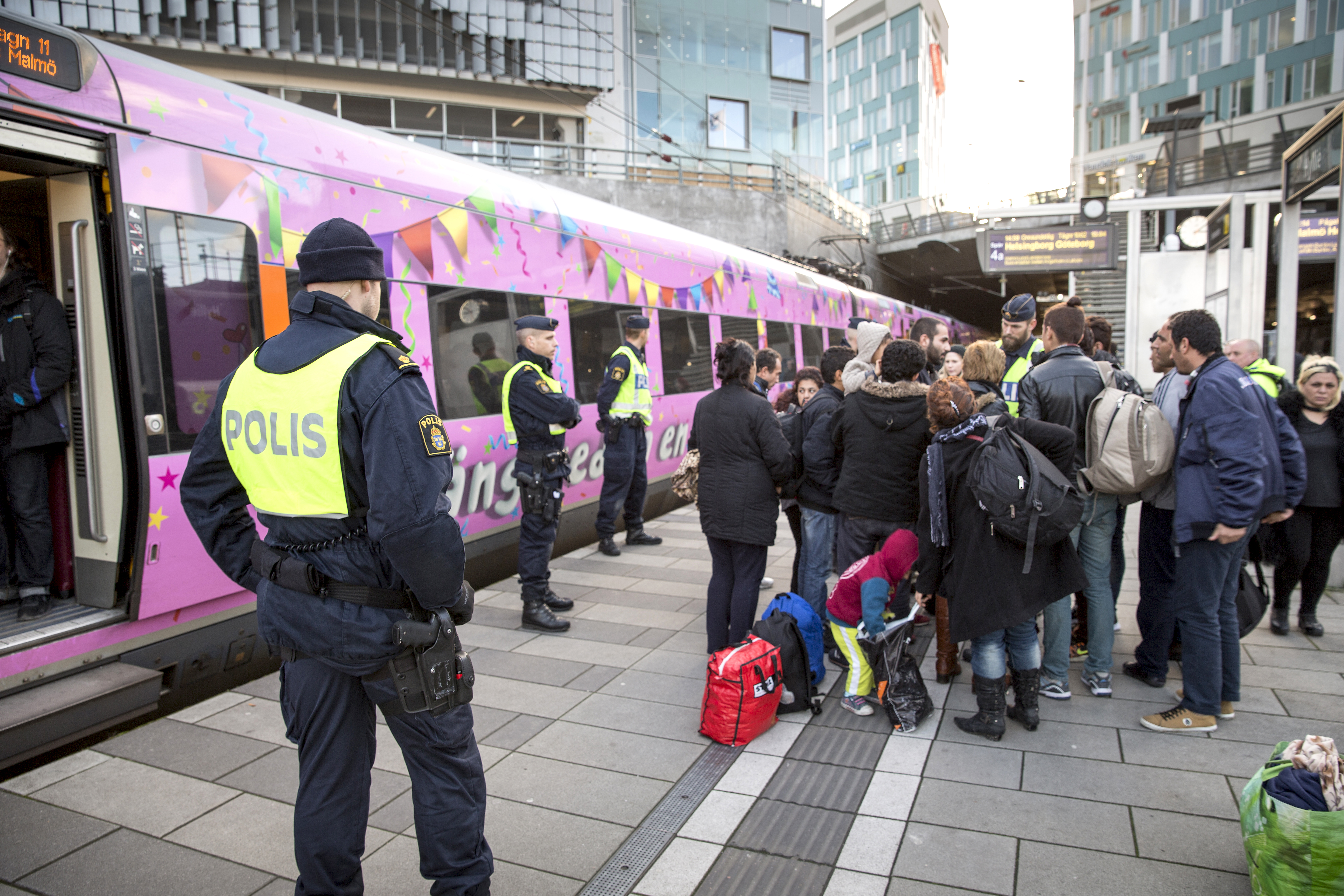Police at a temporary ID check station on the Swedish side of the border. Starting Jan 4 2016, checks are to take place on the Danish side before trains enter Sweden. Photo: News Øresund - Johan Wessman © News Øresund(CC BY 3.0) Detta verk av News Øresund är licensierat under en Creative Commons Erkännande 3.0 Unported-licens (CC BY 3.0). Bilden får fritt publiceras under förutsättning att källa anges. The picture can be used freely under the prerequisite that the source is given. News Øresund, Malmö, Sweden. www.newsoresund.org. News Øresund är en oberoende regional nyhetsbyrå som är en del av det oberoende dansk-svenska kunskapscentrat Øresundsinstituttet. www.newsoresund.org www.oresundsinstituttet.org